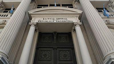 Banco central argentino busca sostener el peso con firme intervención mediante títulos públicos
