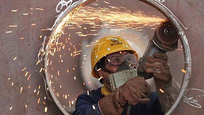 Las fábricas de China se frenan por brotes de COVID y suministros -Caixin PMI