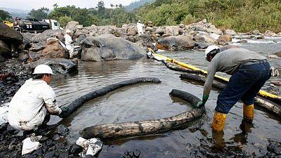 Ecuador se apresura a mover oleoductos y proteger una represa de un río enfurecido