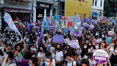 احتجاجات نسائية في تركيا بعد انسحابها من اتفاقية منع العنف ضد المرأة