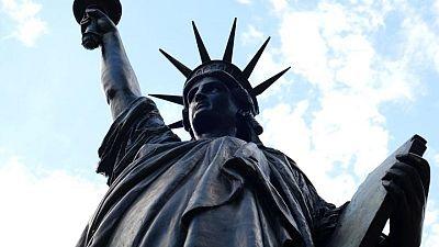 تمثال حرية مصغر يتتبع خطى التمثال الأكبر في ميناء نيويورك