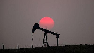 النفط ينزل بعد تمديد أوبك+ محادثات بشأن الإمدادات