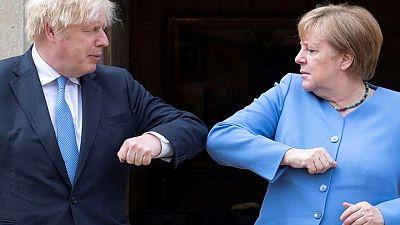 Boris Johnson se reúne con Merkel para abordar reglas de viajes sobre COVID