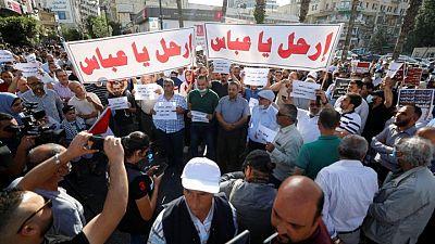 المئات يتظاهرون وسط رام الله مطالبين برحيل الرئيس محمود