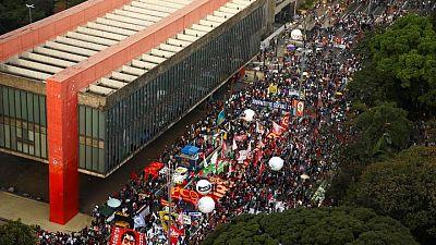 متظاهرون في البرازيل يخرجون ضد الرئيس وبطء توزيع لقاحات كورونا