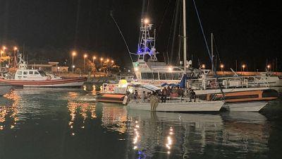 Barca a vela incagliata a pochi metri da riva a Brancaleone