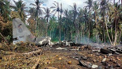 الفلبين تأمر بإجراء تحقيق بعد مقتل 50 في تحطم طائرة عسكرية