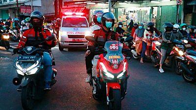 """""""نداء الواجب"""".. سائقو دراجات نارية في إندونيسيا يرافقون سيارات الإسعاف"""