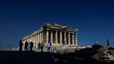 اليونان تسجل قفزة في إصابات كوفيد-19 بعد تراجع استمر أسابيع
