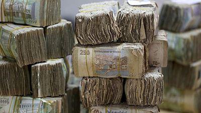 هبوط تاريخي للعملة اليمنية والدولار يقترب من 1000 ريال
