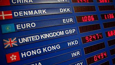 الدولار يرتفع بينما تنتظر السوق محضر اجتماع المركزي الأمريكي