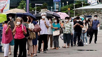 كوريا الجنوبية تدرس إعادة تشديد قيود كورونا مع ارتفاع الإصابات