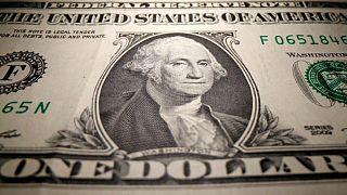 الدولار يهبط مع ارتفاع اليورو في ظل اضطراب العملات العالية المخاطر
