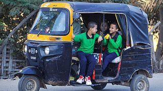 Domando los tuk tuk: Egipto toma medidas para regular los populares vehículos de tres ruedas