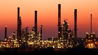النفط ينزل 2% بفعل مخاوف بشأن فائض إمدادات