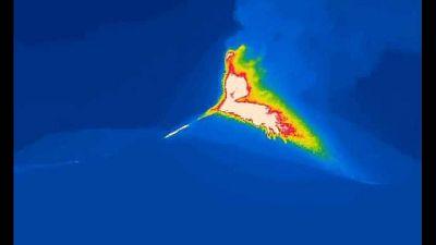 Fontana di lava, colata e violenti boati dal cratere Sud-Est