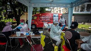 جاكرتا تنشر شاحنات لقاحات لتسريع حملة التطعيم ضد كوفيد-19