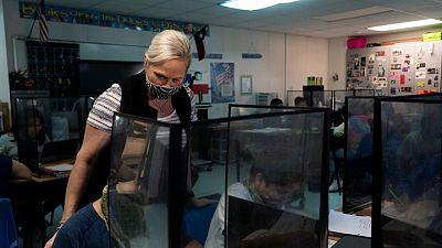 CDC recomiendan mascarillas en interiores para estudiantes y maestros no vacunados en escuelas de EEUU