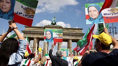 إيرانيون في المنفى يتظاهرون ويطالبون بمحاكمة الرئيس المنتخب