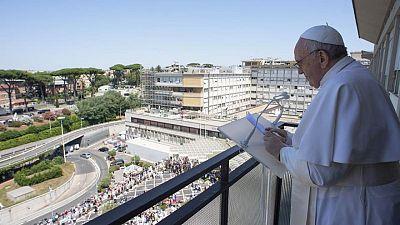 Papa Francisco reaparece tras cirugía, pide por salud gratis universal