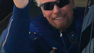 الملياردير ريتشارد برانسون ينطلق في رحلة إلى الفضاء