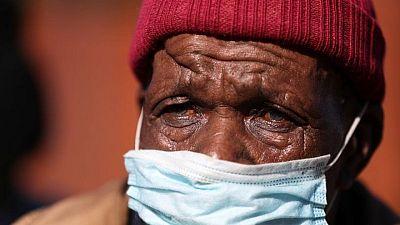 جنوب أفريقيا تمدد قيود كوفيد-19 المشددة 14 يوما