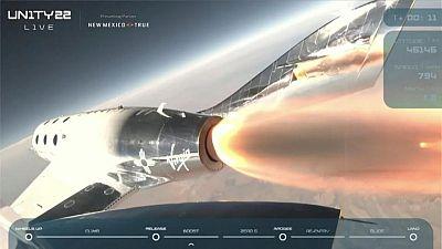 Branson de Virgin Galactic se eleva al espacio a bordo de un avión cohete