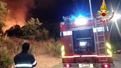 Momenti di paura nella notte per le fiamme vicino alle case