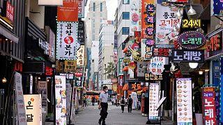 كوريا الجنوبية تفرض قيودا أشد صرامة مع تزايد إصابات كورونا بأرقام قياسية
