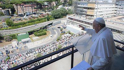 البابا فرنسيس يعود إلى الفاتيكان بعد جراحة بمستشفى في روما