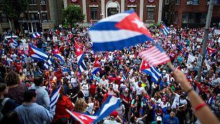 EEUU podría aliviar la prohibición de remesas como parte de una revisión sobre Cuba: fuentes