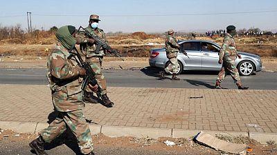 جنوب أفريقيا تقول إنها نشرت عشرة آلاف جندي بالشوارع لكبح العنف والنهب