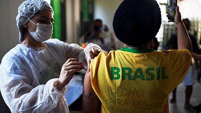 En impulso para Bolsonaro, mayoría de brasileños dice que pandemia está bajo control: sondeo