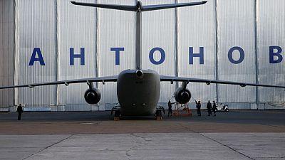Hallan avión ruso con supervivientes tras aterrizaje forzoso en Siberia