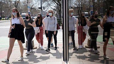 CDC defiende orden de usar mascarillas en transporte público en EEUU, algunos exigen eliminarlas