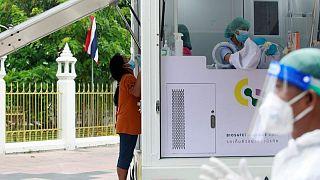 تايلاند تسجل عددا قياسيا لإصابات كورونا اليومية وتوسع نطاق العزل العام