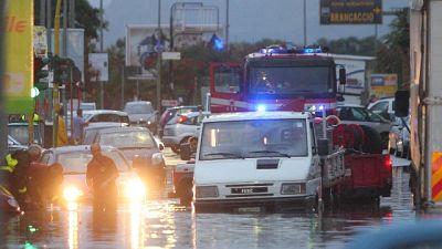 Automobilisti intrappolati, 27 interventi vigili del fuoco