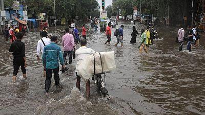 مقتل 30 على الأقل في انهيارات أرضية في مومباي بالهند بعد أمطار غزيرة