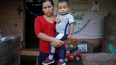 """""""سعيدة جدا لوجوده معي"""".. لم شمل أم وطفل من هندوراس عُثر عليه في المكسيك"""