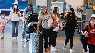 Las aerolíneas caen por los vaivenes británicos en las normas de viajes