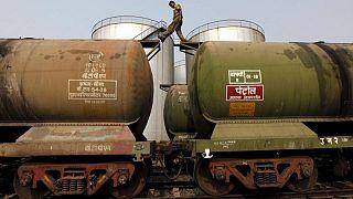 India busca precios más bajos del crudo en medios de altos valores en surtidor