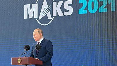 بوتين يتفقد طائرة مقاتلة جديدة كشفت عنها روسيا في معرض جوي