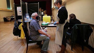 Espaciar dosis de vacuna COVID de Pfizer aumenta niveles de anticuerpos tras caída inicial: estudio