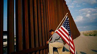 جندي أمريكي سابق يسير على الحدود مع المكسيك للاحتجاج على ترحيل جنود سابقين