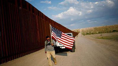Un excombatiente de la guerra de Irak protesta en la frontera EEUU-México por la deportación de veteranos