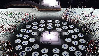 Japón agradece a los médicos en ceremonia de apertura de los Juegos ensombrecida por la pandemia
