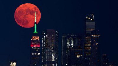 Los incendios forestales de Estados Unidos tiñen de naranja la luna llena
