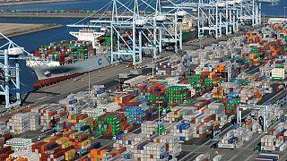 RESUMEN-Déficit comercial de EEUU se amplía por las importaciones y los inventarios crecen