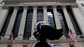 Dólar cotiza estable, Nasdaq avanza en Wall Street que espera por Fed