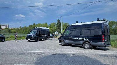 I carabinieri ancora impegnati per identificare i presenti